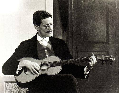 Foto de James Joyce tocando la guitarra